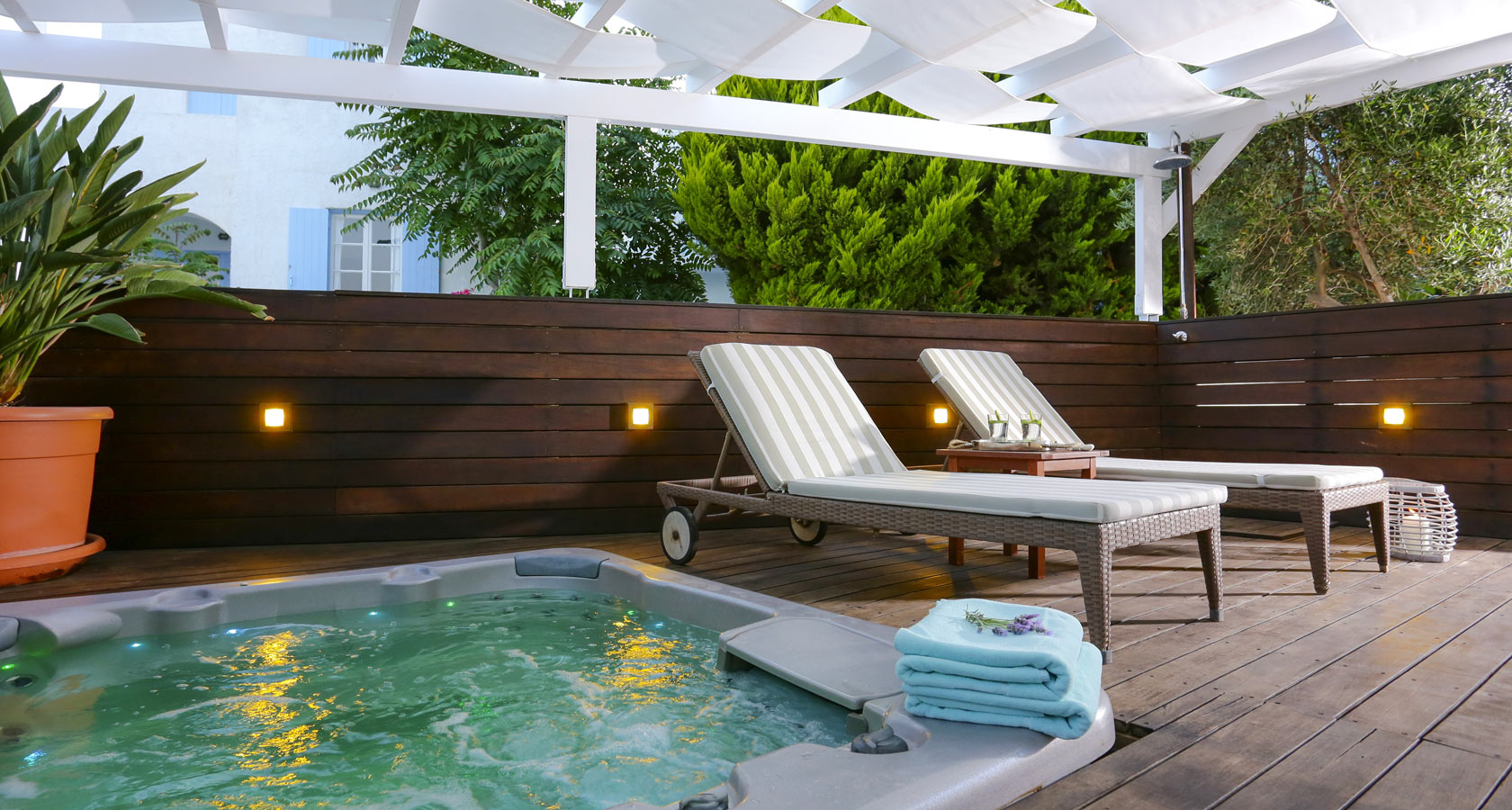 Outdoor Jacuzzi of Stelia Mare Hotel in Paros